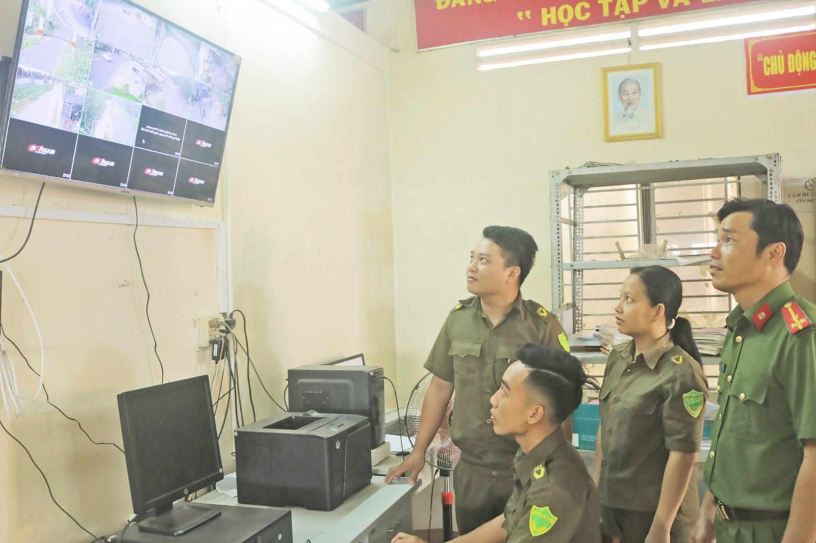 Lực lượng Công an xã thường xuyên theo dõi hệ thống camera an ninh, kịp thời xử lý những vụ việc xảy ra trên địa bàn. Ảnh: CHẤN HƯNG