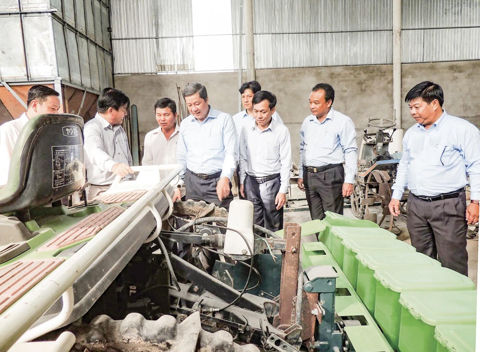 Máy móc hiện đại phục vụ sản xuất lúa được trang bị tại HTX Đại Lợi, huyện Thới Lai. Ảnh: MỸ THANH