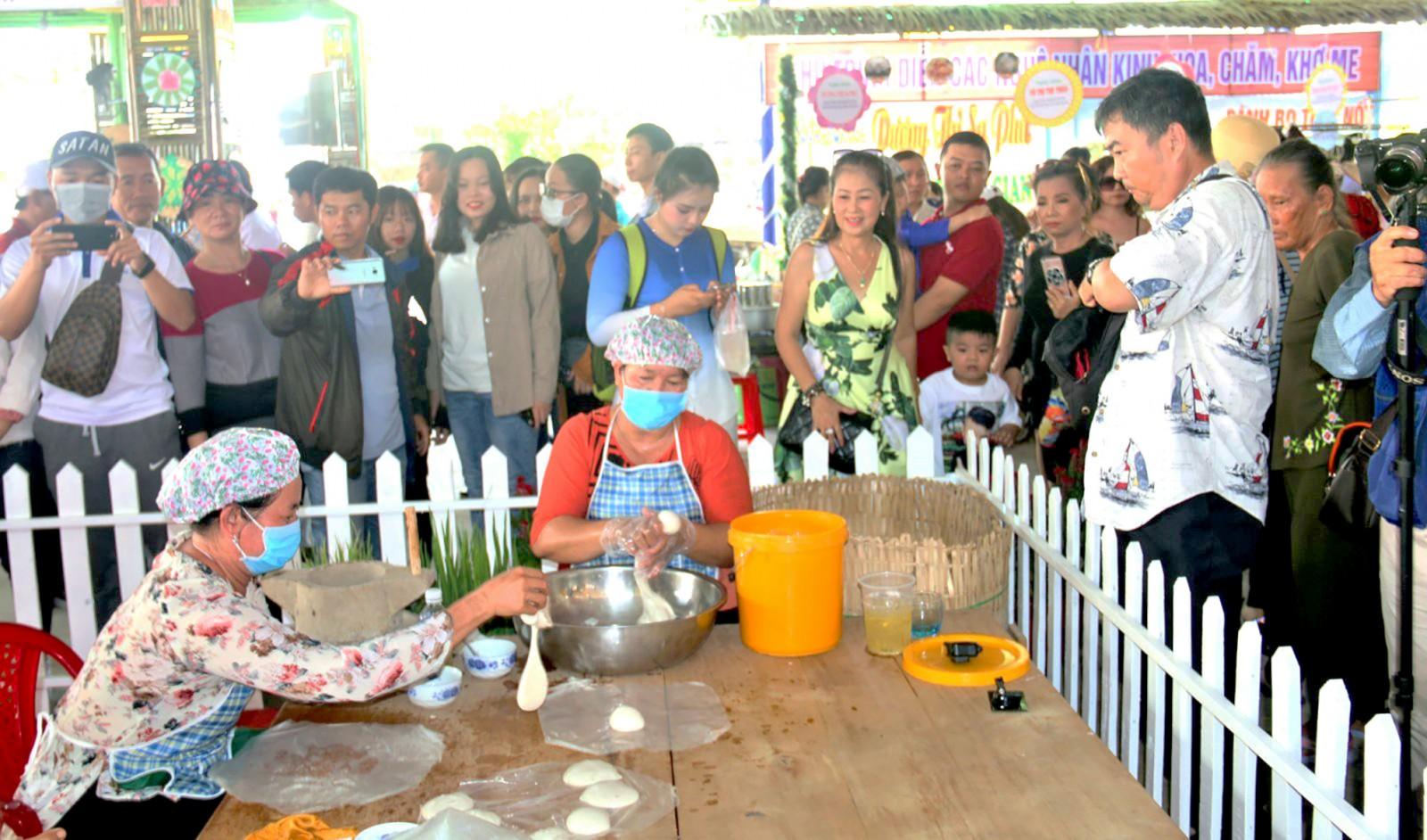 Nghệ nhân đến từ tỉnh Bến Tre trình diễn cán bánh phồng Sơn Đốc - nghề truyền thống là Di sản Văn hóa phi vật thể cấp quốc gia, thu hút rất đông khách đến xem.