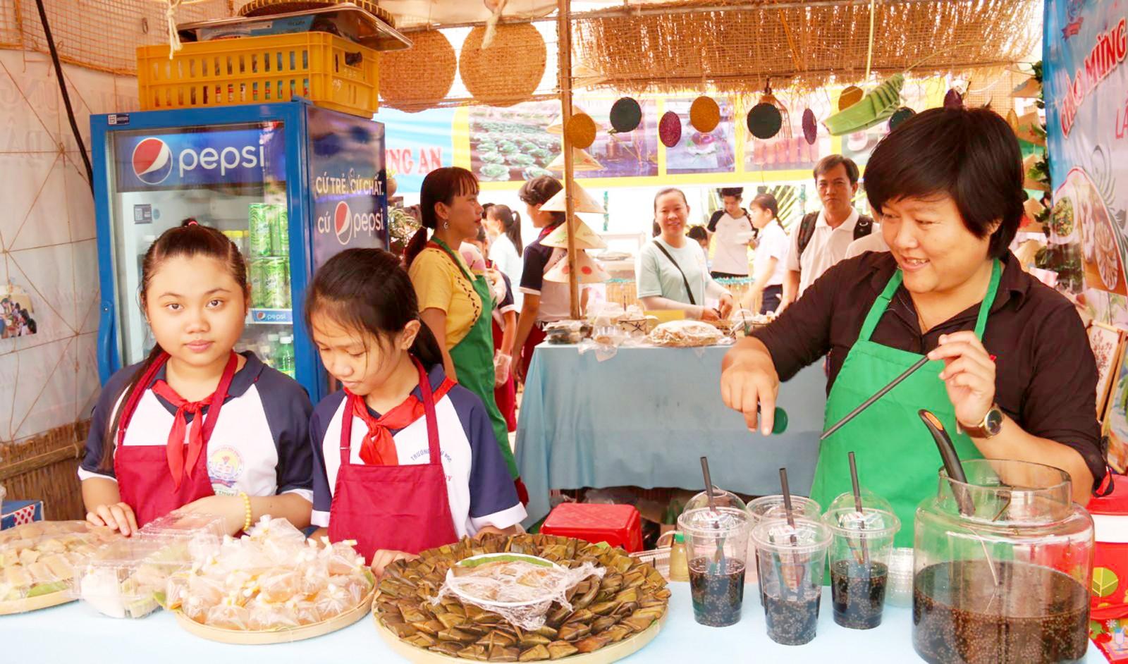 Lễ hội năm nay có sự tham gia của nhiều trường học trên địa bàn thành phố. Các em học sinh trải nghiệm làm bánh, bán bánh, giao tiếp với du khách... nhằm tăng cường kỹ năng sống.
