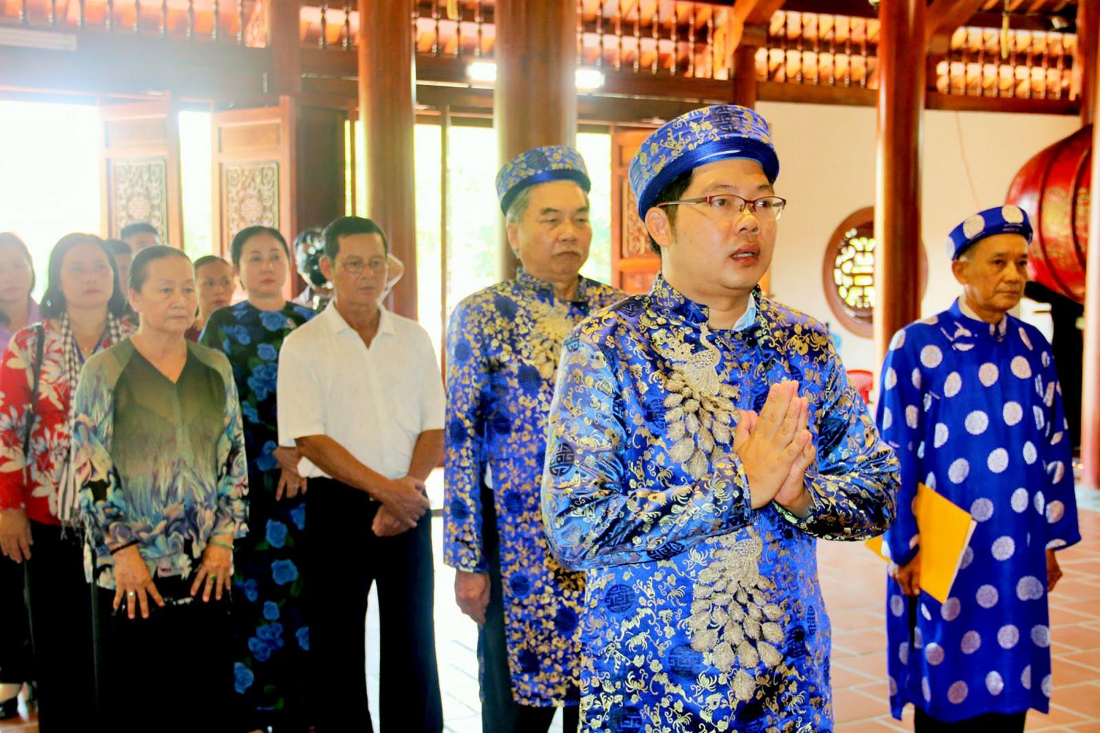 Ban Tổ chức Lễ hội dâng hương, lễ vật cẩn báo Thần Hoàng Bổn Cảnh Đình Thần Tân An để bắt đầu Lễ hội.