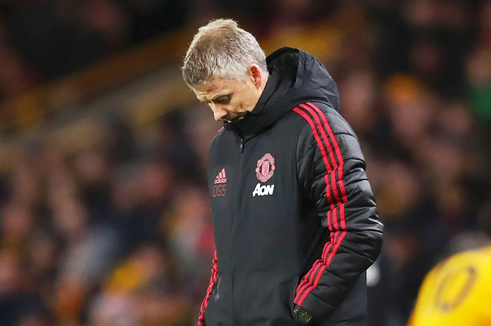 HLV Solskjaer buồn bã sau trận MU thua Wolves. Ảnh: Manchestereveningnews