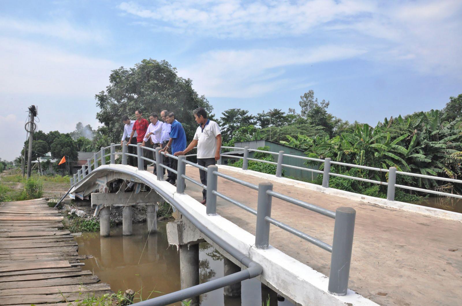 Thời gian qua, xã Vĩnh Trinh huy động nhiều nguồn lực xây dựng cầu bê tông thay cầu ván để bảo đảm an toàn giao thông. Ảnh: ANH DŨNG