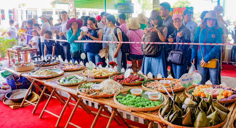 Khu trưng bày, trình diễn bánh dân gian Nam bộ thu hút nhiều du khách đến xem và chụp ảnh.