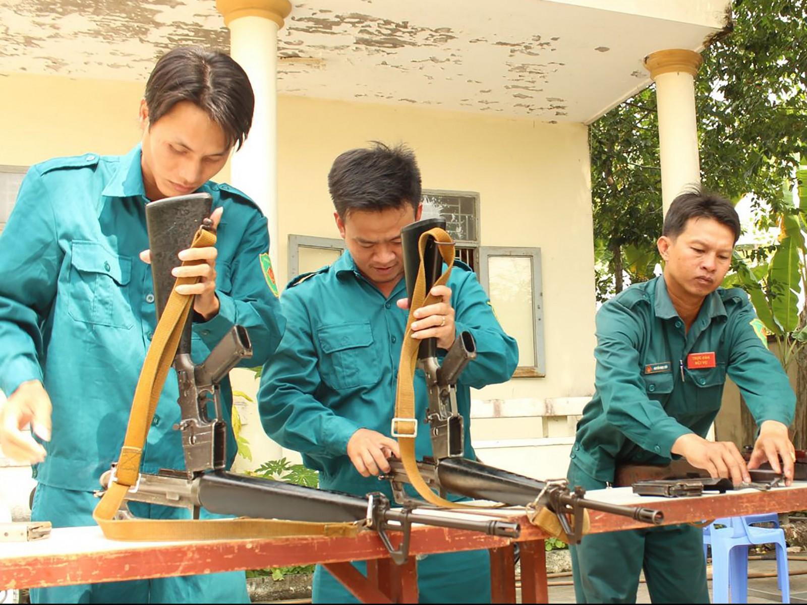 Dân quân thường trực phường Thốt Nốt bảo quản vũ khí. Ảnh: CHUNG CƯỜNG
