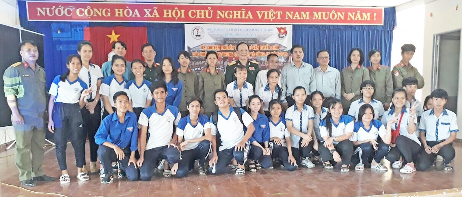 Tư vấn tuyển sinh Quân sự ở Trường THPT Giai Xuân, huyện Phong Điền. Ảnh: PHẠM TRUNG