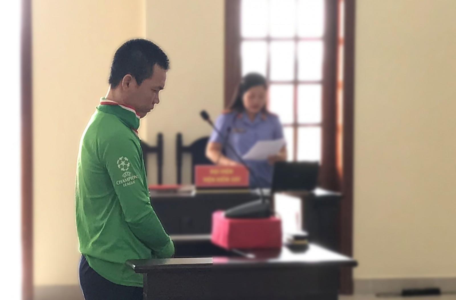 Lê Văn Liếp nghe đại diện Viện kiểm sát luận tội. Ảnh: KIỀU CHINH
