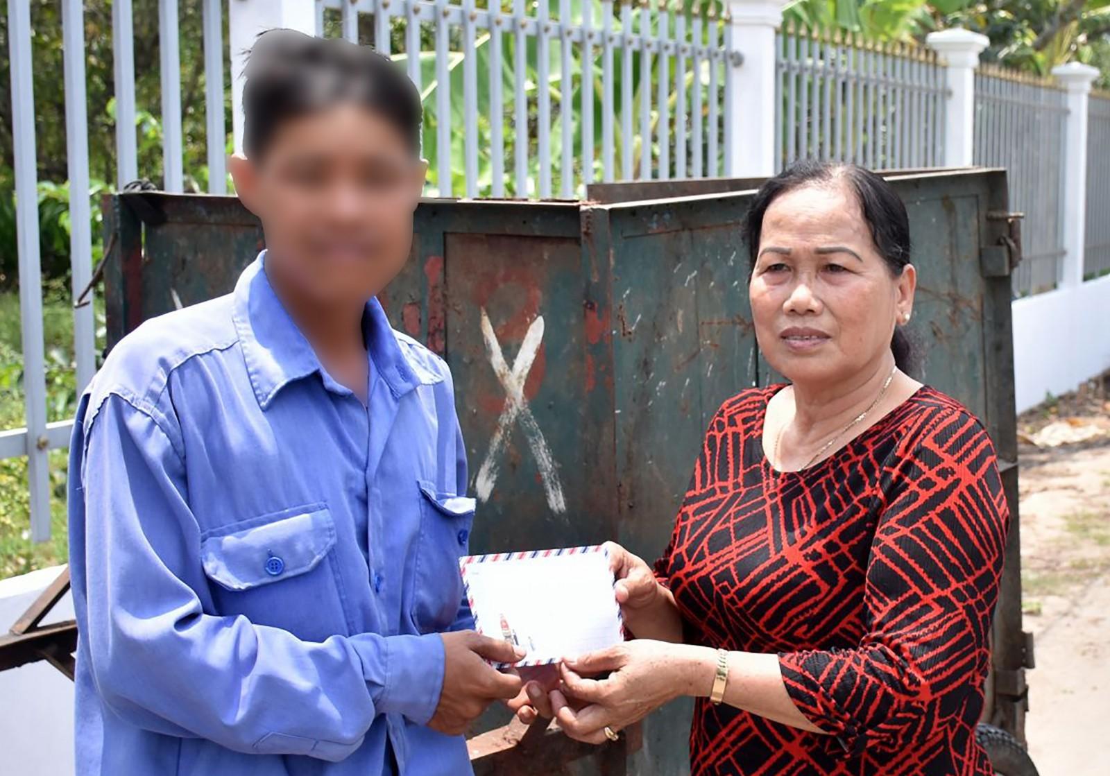 Bà Phan Thị Tuyết Mai, Đội trưởng Đội CTXHTN phường Long Tuyền tặng quà động viên đối tượng lầm lỡ trên địa bàn phường. Ảnh: XUÂN ĐÀO