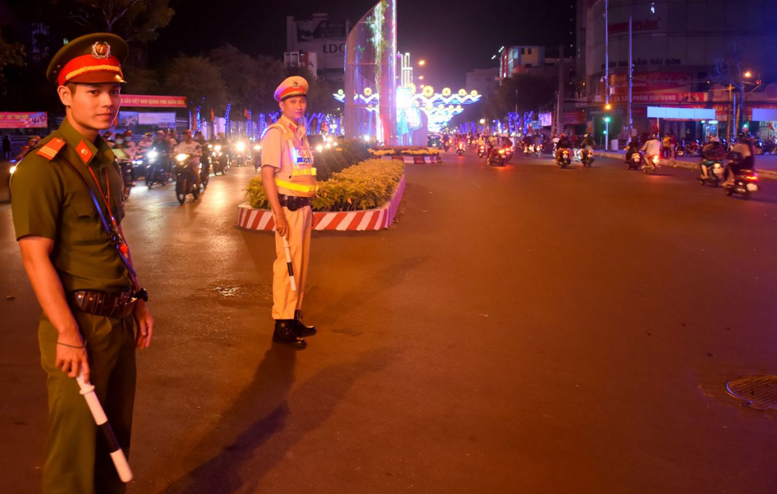 Công an TP Cần Thơ trực tiếp điều tiết, phân luồng giao thông đảm bảo thông suốt trong dịp lễ Giỗ tổ Hùng Vương khu vực Công viên Lưu Hữu Phước. Ảnh: TRẦN VŨ TRỌNG
