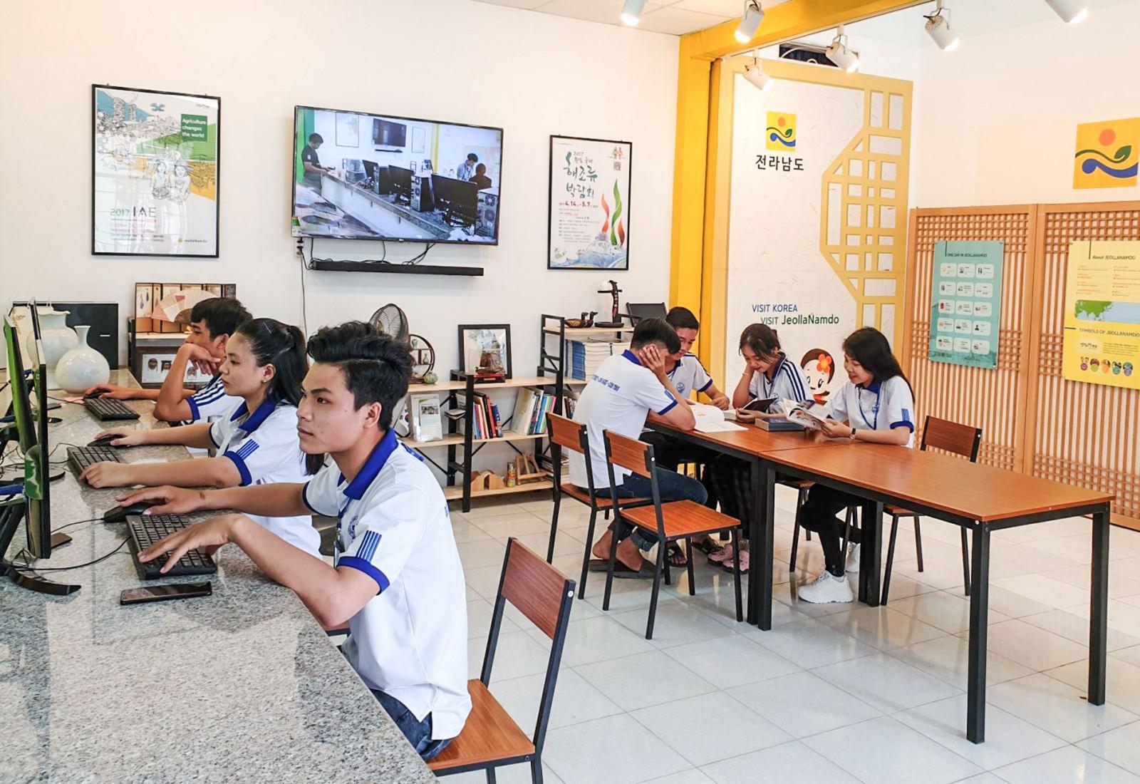 Sinh viên Trường Đại học Kỹ thuật - Công nghệ Cần Thơ học tập tại góc thông tin Jeollanamdo. Ảnh: HỒNG VÂN