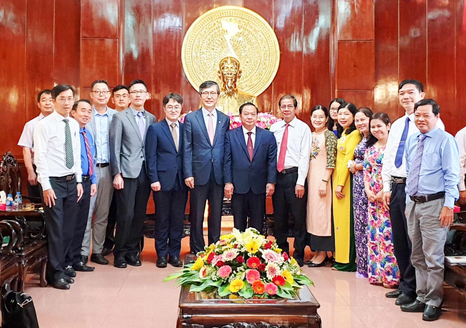 Đoàn Tổng lãnh sự quán Hàn Quốc chụp ảnh lưu niệm với lãnh đạo TP Cần Thơ. Ảnh: HỒNG VÂN