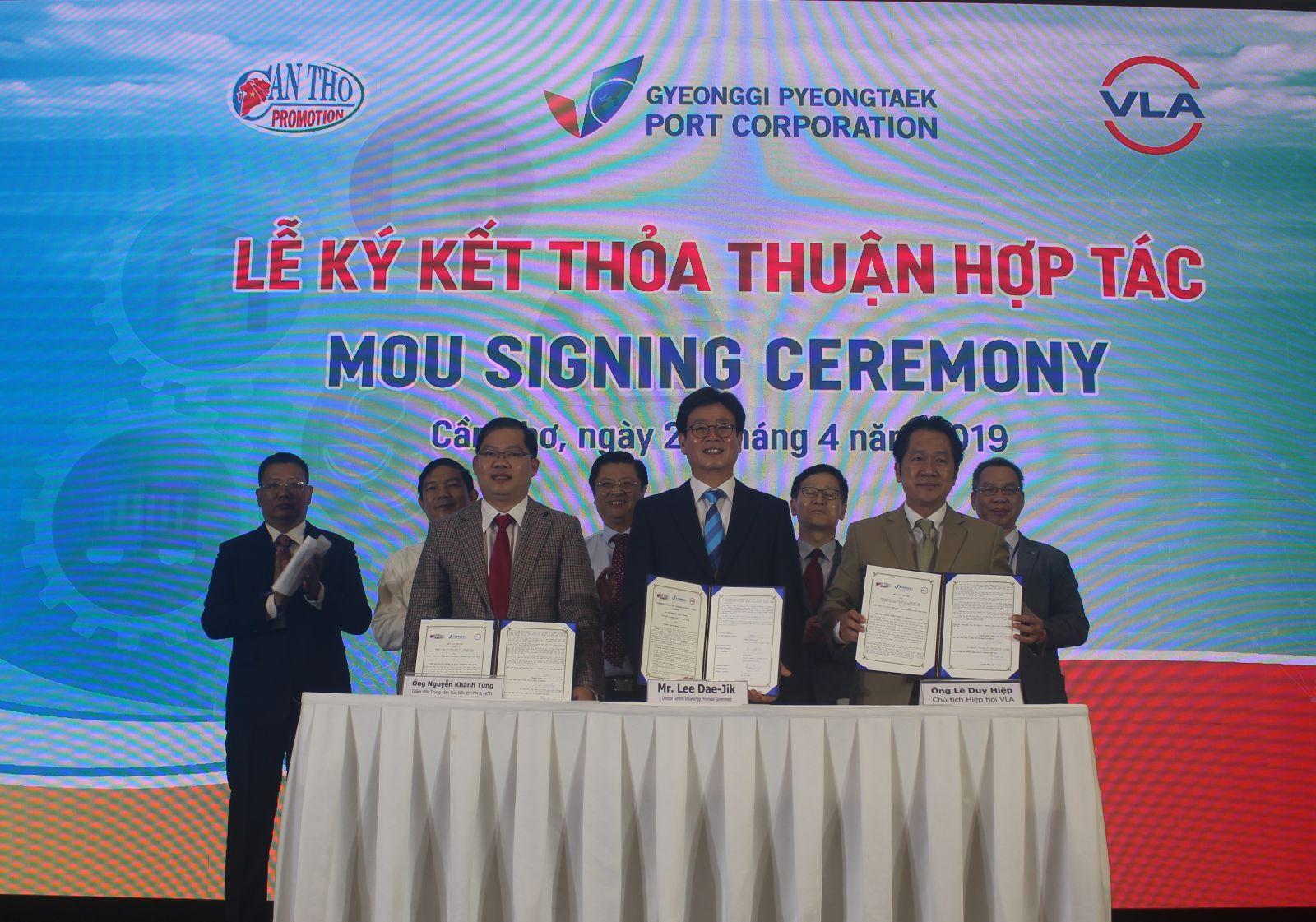 Trung tâm Xúc tiến Đầu tư - Thương mại và Hội chợ triển lãm Cần Thơ, Tổng công ty Cảng biển Pyeongtaek - Hàn Quốc và Hiệp hội Doanh nghiệp dịch vụ Logistics Việt Nam ký kết Thỏa thuận hợp tác ba bên nhằm thúc đẩy mối quan hệ giao thương và phát triển ngành logistics. Ảnh: MINH HUYỀN