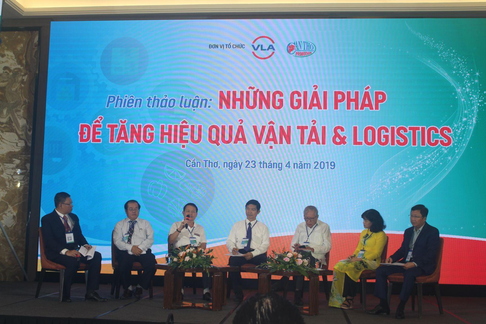 Các diễn giả trình bày về những giải pháp tăng hiệu quả vận tải và logistics tại phiên thảo luận. Ảnh: MINH HUYỀN