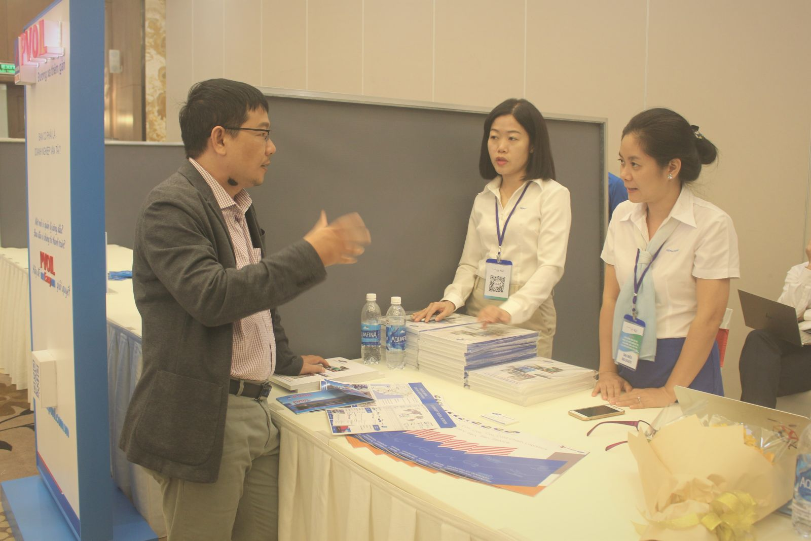 Khu vực trưng bày giới thiệu dịch vụ của các đơn vị hoạt động trong lĩnh vực logistics bên lề hội thảo. Ảnh: MINH HUYỀN