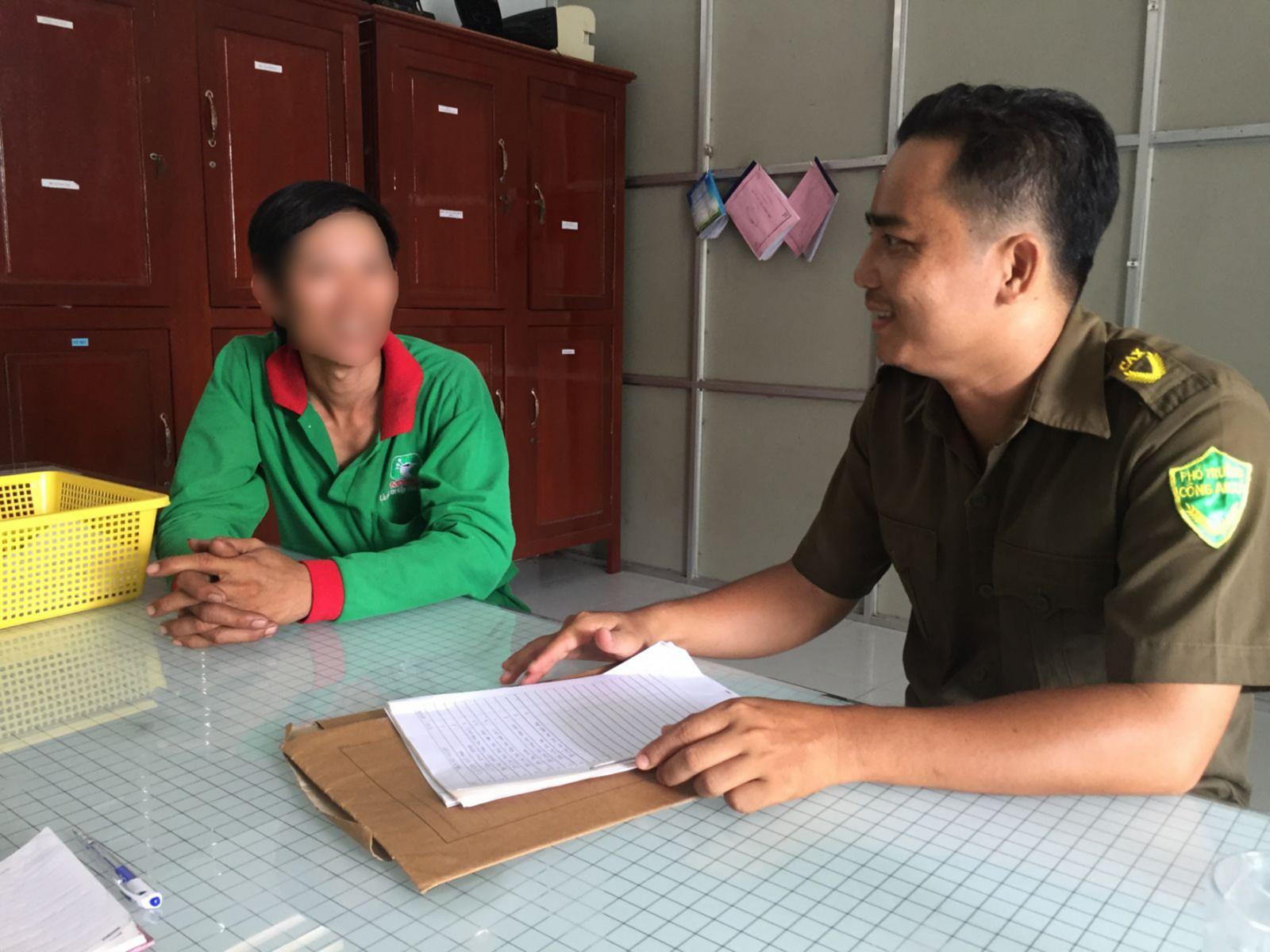 Anh Huỳnh Bé Thịnh, Trưởng Công an xã Trường Thắng thăm hỏi, động viên một đối tượng trên địa bàn. Ảnh: CHẤN HƯNG