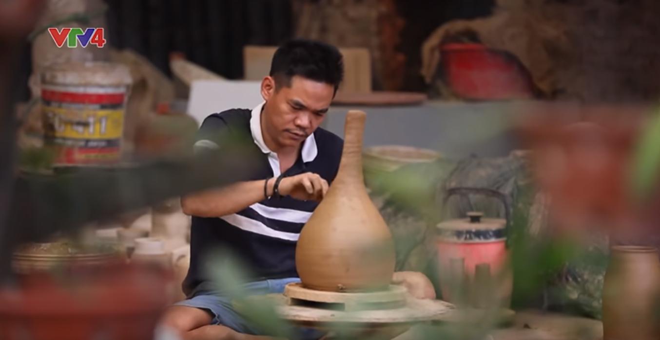 """Anh Nguyễn Hồng Quang vẫn giữ nghề gốm truyền thống trong """"Gốm sành Hương Canh""""."""
