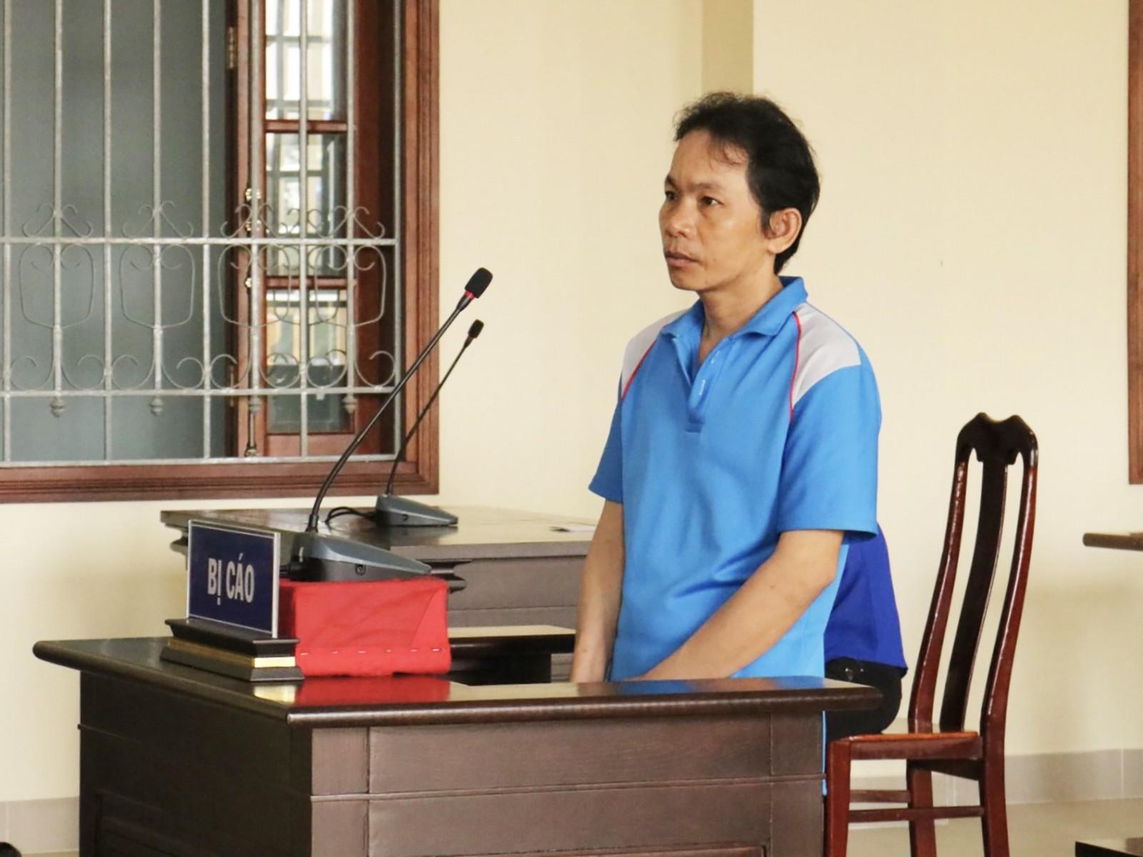 Trần Văn Út trả lời thẩm vấn HĐXX. Ảnh: KIỀU CHINH