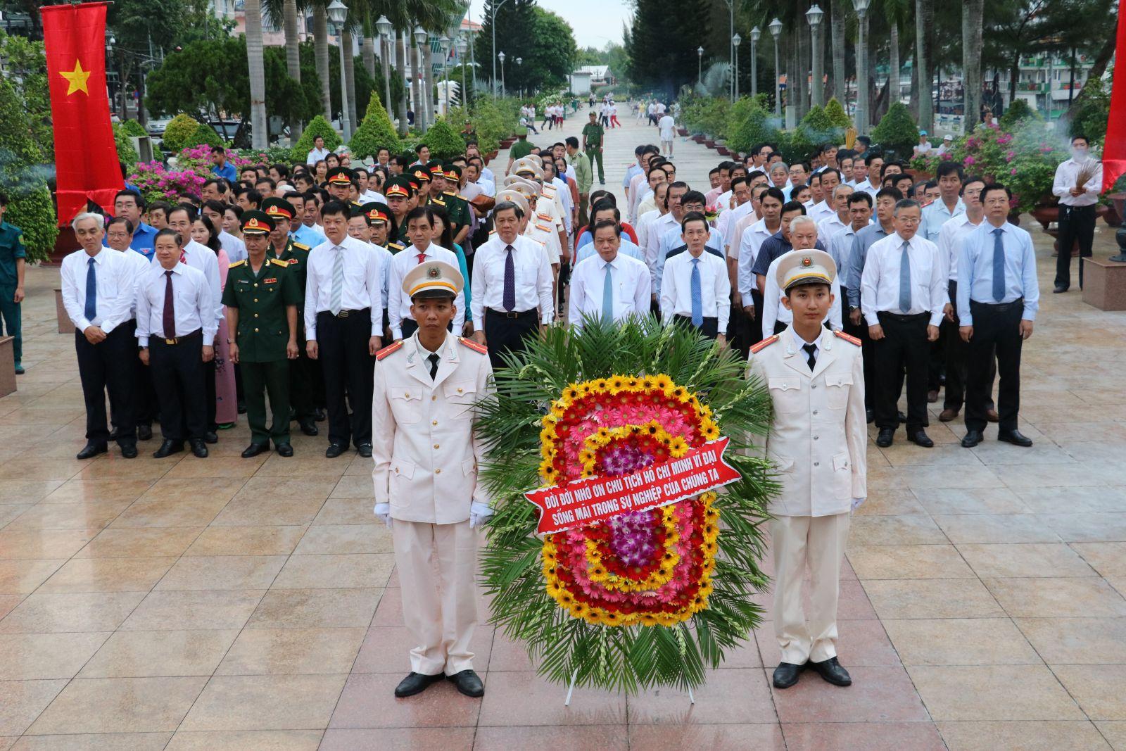 Đoàn đại biểu Quân khu 9 và TP Cần Thơ viếng và dâng hoa tại Tượng đài Chủ tịch Hồ Chí Minh.