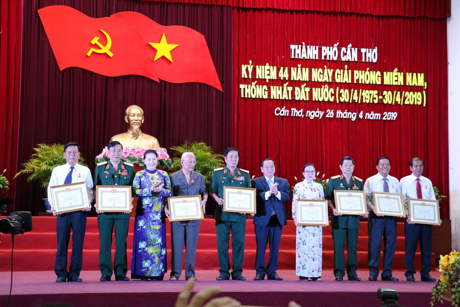 Đồng chí Nguyễn Thị Kim Ngân, Ủy viên Bộ Chính trị, Chủ tịch Quốc hội và đồng chí Trần Quốc Trung, Ủy viên Trung ương Đảng, Bí thư Thành ủy Cần Thơ trao Huy hiệu Đảng cho các đảng viên cao tuổi Đảng.