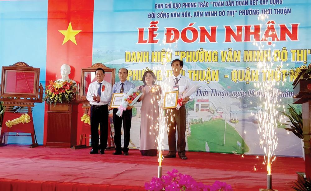 Chào mừng các ngày lễ lớn, dịp này, phường Thới Thuận, quận Thốt Nốt đón nhận Danh hiệu phường văn minh đô thị.