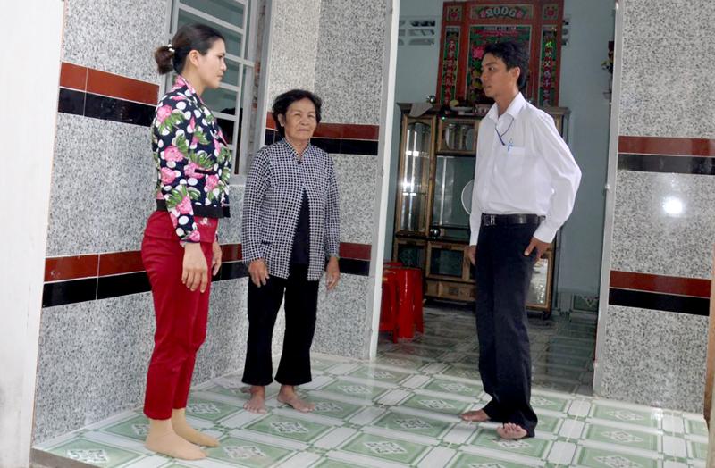 Căn nhà tình nghĩa của bà Nguyễn Thị Én (thị trấn Phong Điền) vừa hoàn thành đưa vào sử dụng là 1 trong4 căn nhà tình nghĩa UBND huyện Phong Điền xây dựng, trao tặng cho gia đình chính sách trong đợt này.