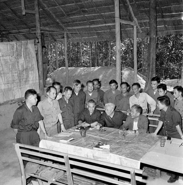 Bộ Chỉ huy Chiến dịch Hồ Chí Minh tại căn cứ Tà Thiết-Lộc Ninh, trong đó Trung tướng Lê Đức Anh là Phó Tư lệnh cùng với các đồng chí Thượng tướng Trần Văn Trà, Trung tướng Đinh Đức Thiện và Trung tướng Lê Trọng Tấn. Trong Chiến dịch này, Trung tướng Lê Đức Anh chỉ huy cánh quân tiến công trên hướng Tây-Tây Nam Sài Gòn (đoàn 232), một trong năm cánh quân của trận quyết chiến chiến lược cuối cùng. (Ảnh: TTXVN)