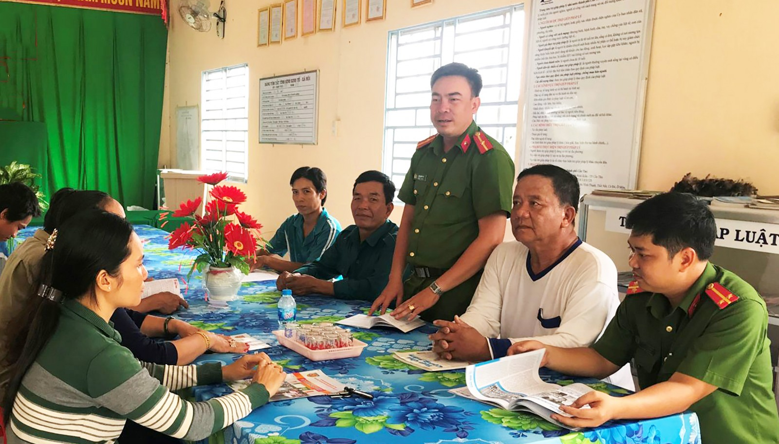 Công an phường Long Tuyền tuyên truyền, vận động người dân tham gia Phong trào TDBVANTQ, xây dựng nếp sống văn minh đô thị. Ảnh: KIỀU CHINH