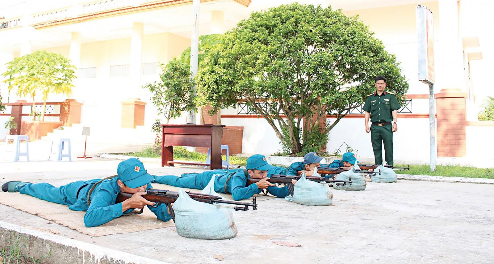 Dân quân năm thứ nhất huyện Phong Điền thi đua trong huấn luyện. Ảnh: PHẠM TRUNG