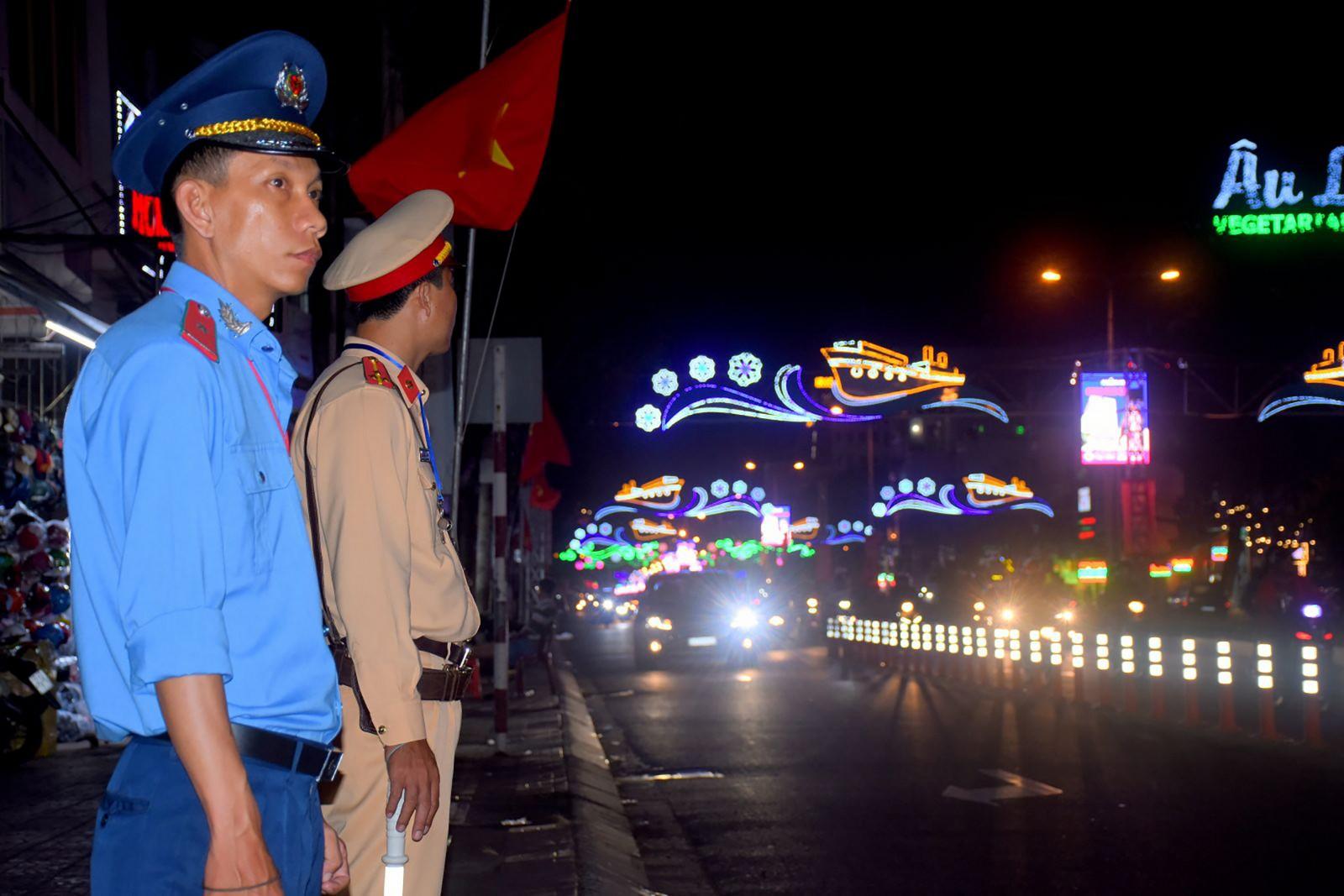 Thanh tra Sở GTVT và CSGT ứng trực tại chốt đèn tín hiệu giao thông. Ảnh: XUÂN ĐÀO