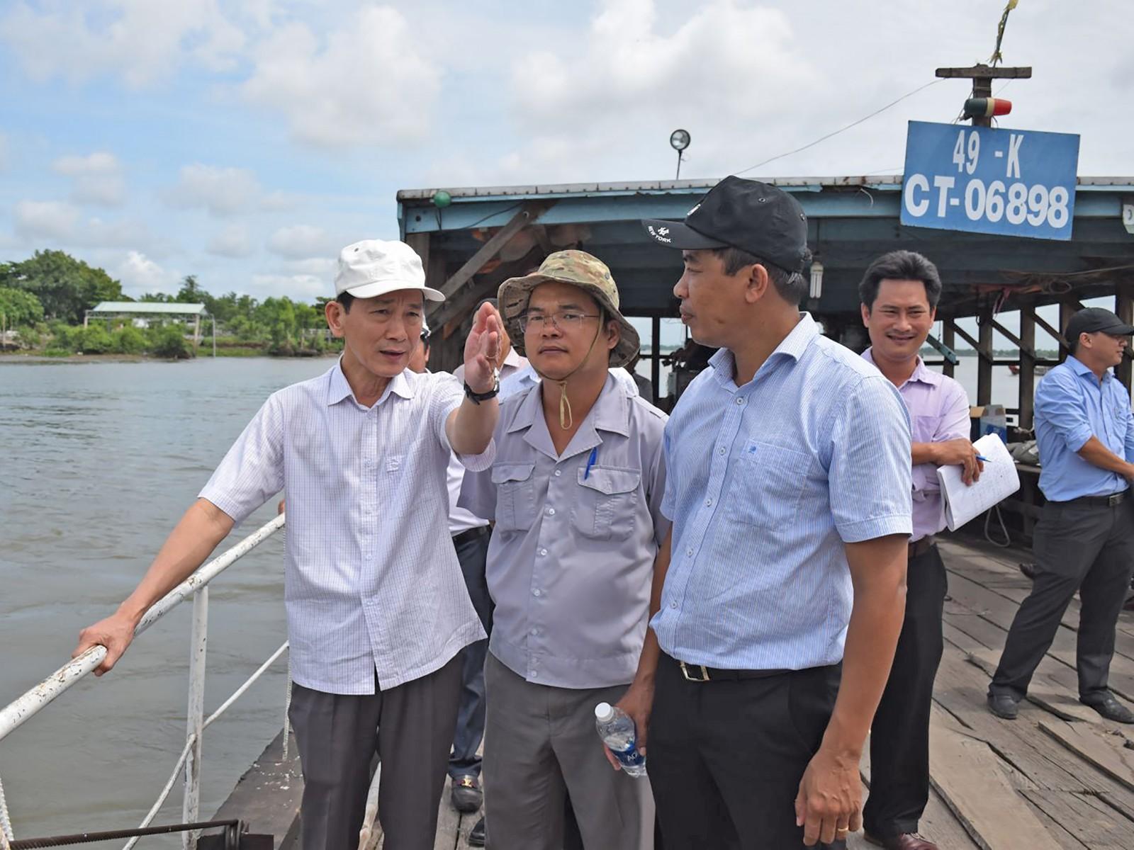 Chủ tịch UBND TP Cần Thơ Võ Thành Thống (bìa trái) kiểm tra thực địa điểm sạt lở bờ sông Ô Môn, phường Thới An, quận Ô Môn. Ảnh: T. TRINH