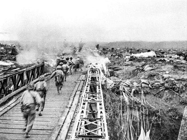 Bộ đội ta vượt qua cầu Mường Thanh, tấn công vào khu trung tâm Điện Biên Phủ, chiều 7-5-1954. Ảnh: TTXVN