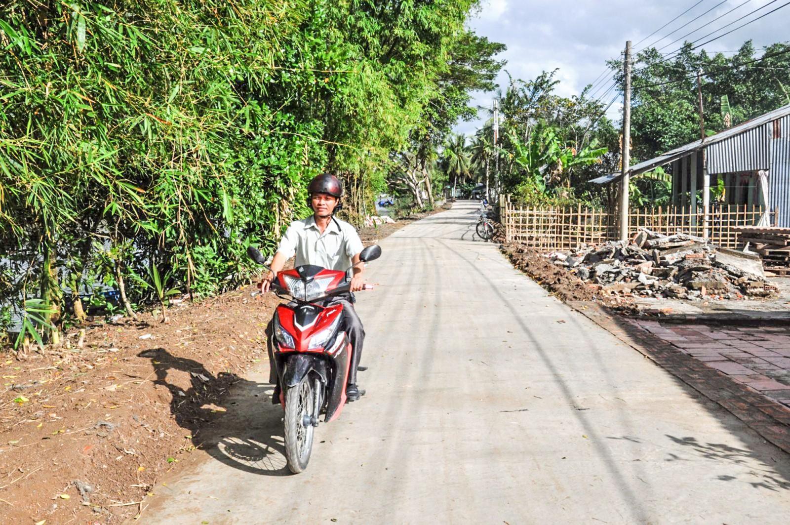 Được sự hỗ trợ của cán bộ huyện, nhiều tuyến đường ở xã Đông Thắng được nâng cấp, mở rộng. Ảnh: ANH DŨNG