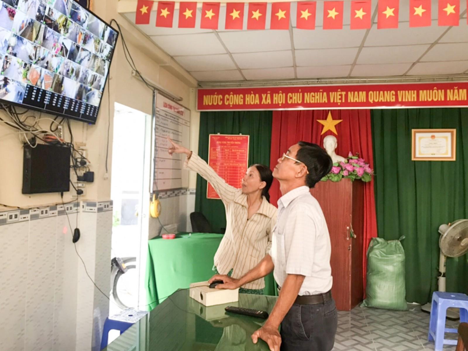 Đảng viên Đảng bộ bộ phận khu vực 4, phường Thới Bình, quận Ninh Kiều tiên phong trong đóng góp vận động xã hội hóa thực hiện mô hình camera do địa phương phát động. Ảnh: QUỲNH LAM