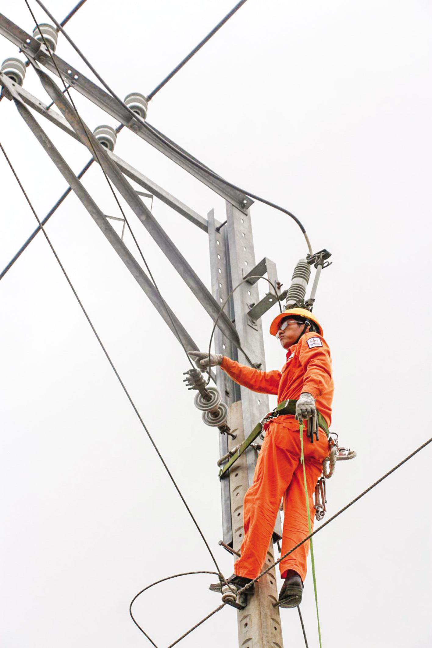 Để việc cung ứng điện được đảm bảo, an toàn trong mùa nắng nóng, PC Cần Thơ thường xuyên thực hiện công tác bảo trì lưới điện. Ảnh: KHÁNH NAM