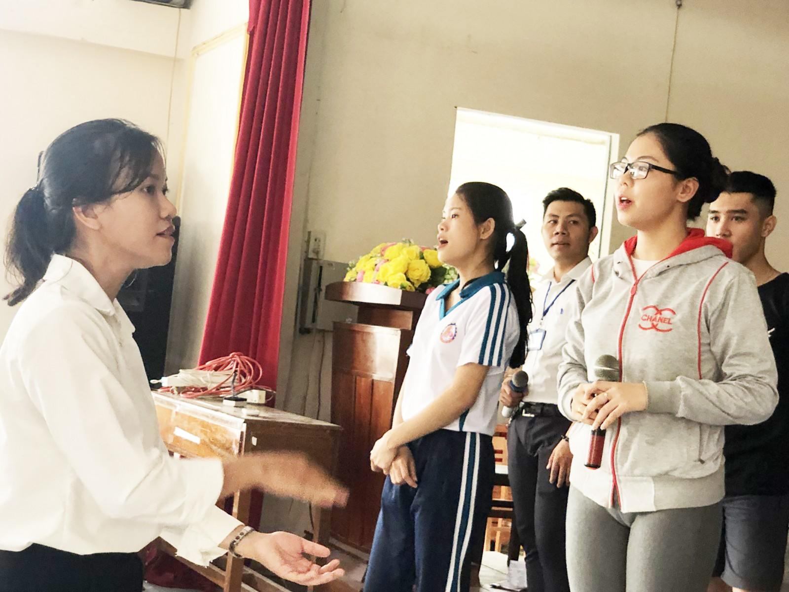 Các hoạt động nhóm, tập thể giúp sinh viên rèn luyện kỹ năng tranh luận, góp phần xây dựng phong cách làm việc chuyên nghiệp trong tương lai. Ảnh: TÚ ANH