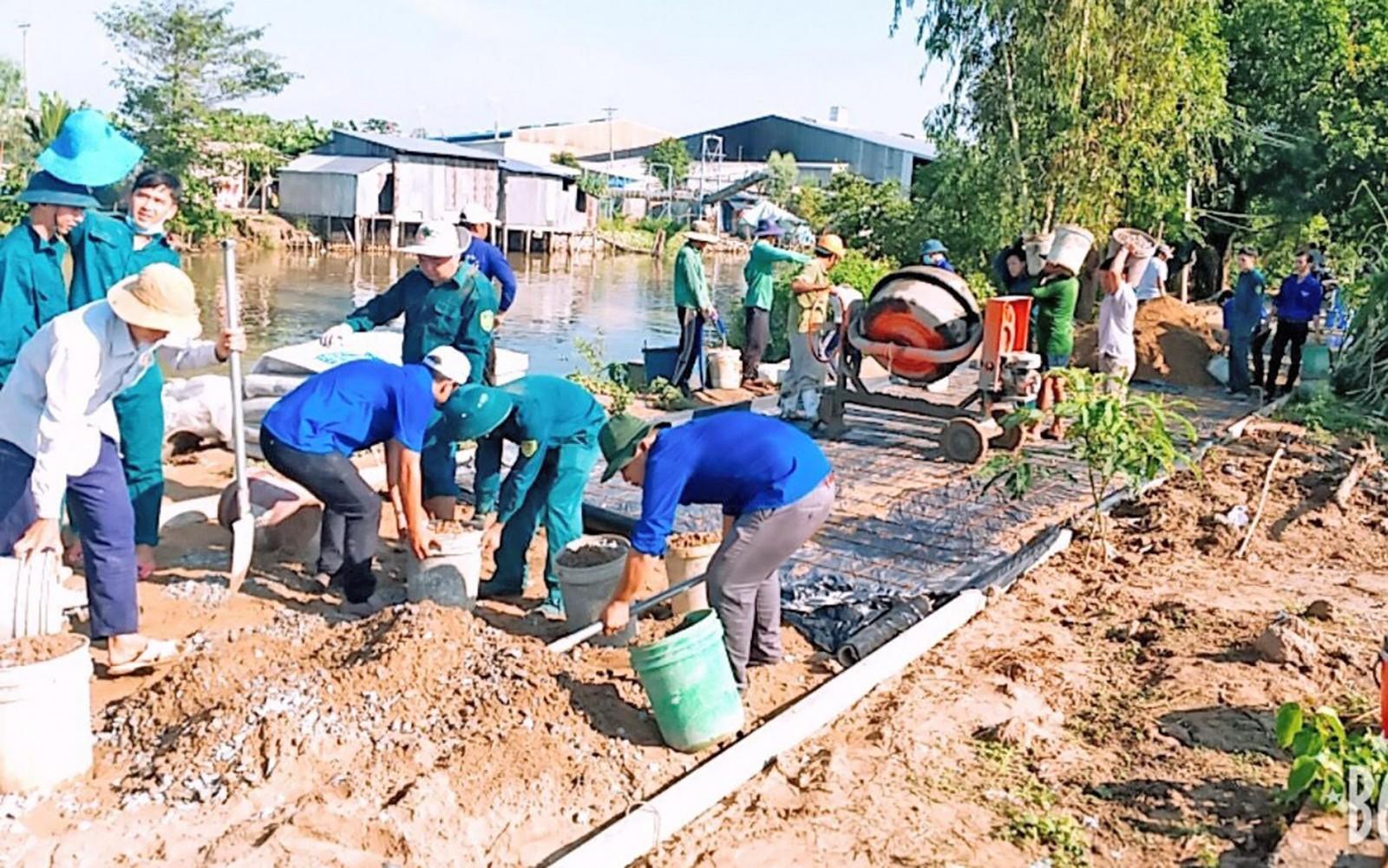 Đoàn viên thanh niên xã Vĩnh Bình tham gia xây dựng đường giao thông. Ảnh: PHẠM TRUNG