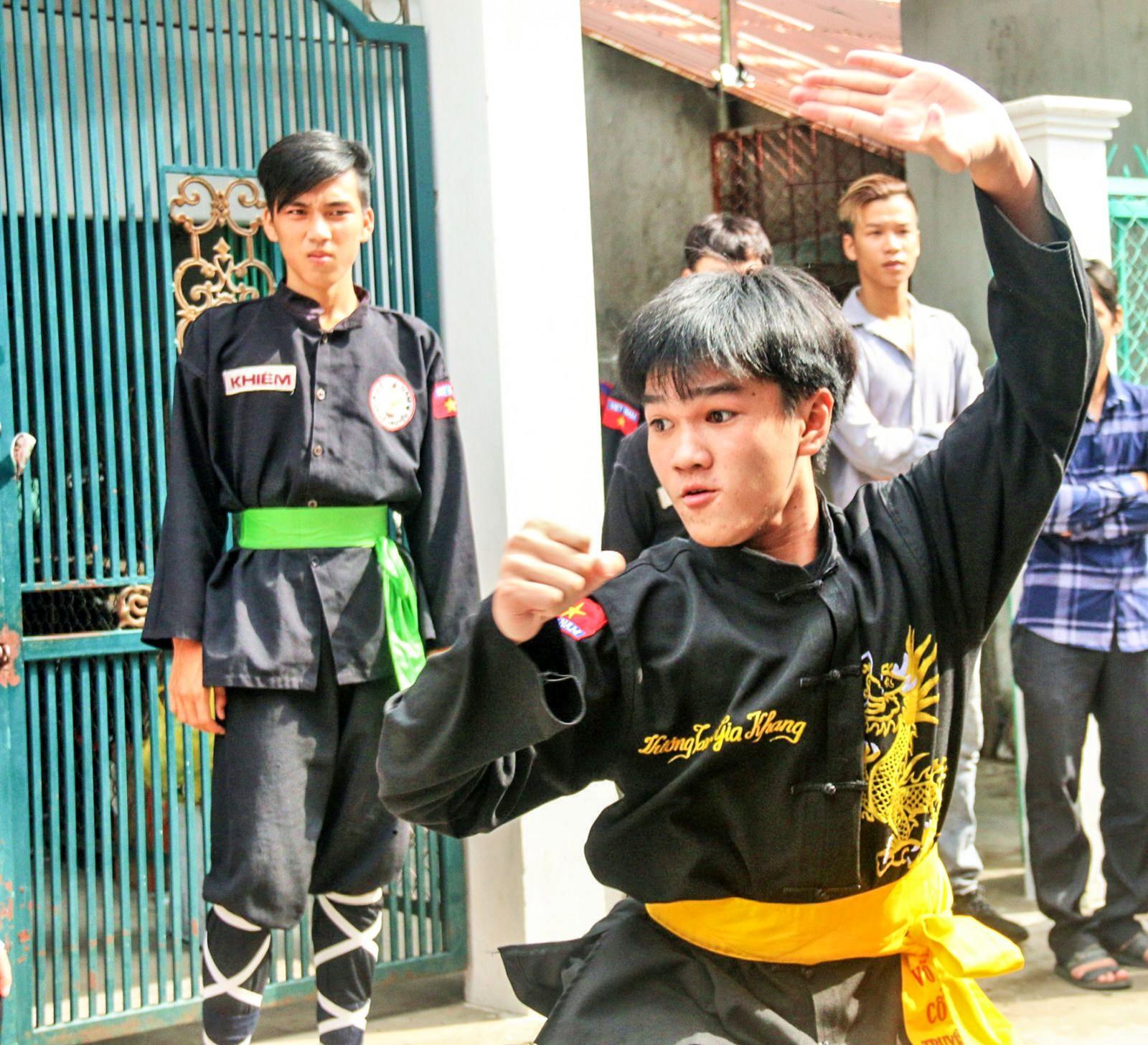 Môn sinh biểu diễn võ cổ truyền tại lễ khai trương. Ảnh: ĐĂNG HUỲNH