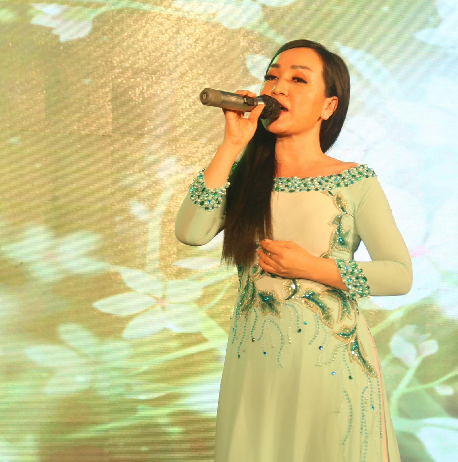 Ca sĩ Hà Vân biểu diễn tại Trường Đại học Tây Đô. Ảnh: DUY LỮ