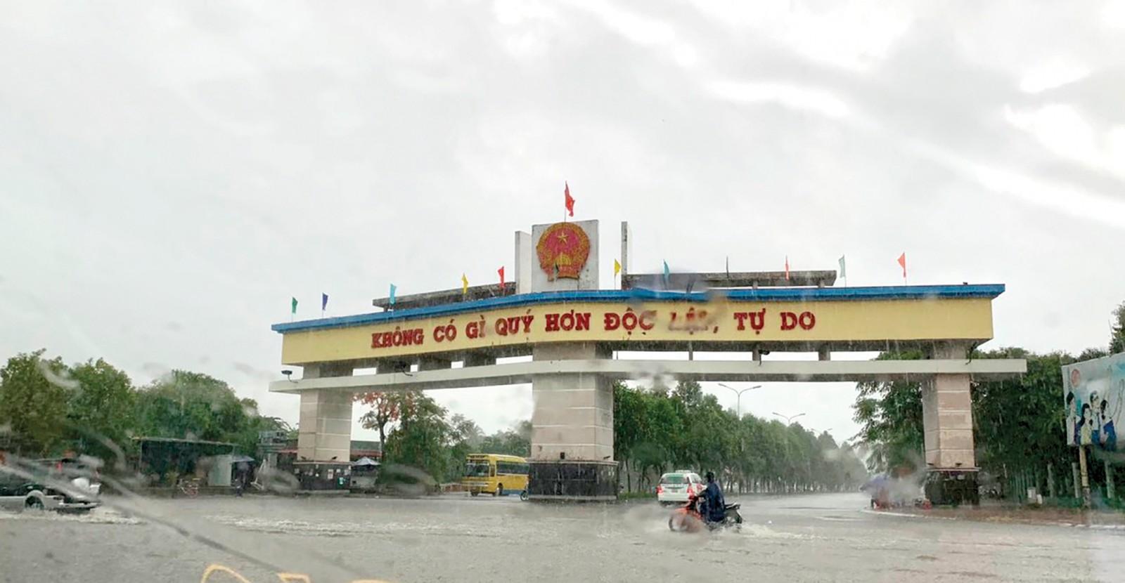 Cơn mưa lớn cuối tháng 4-2019 gây ngập nghẹt, trở ngại giao thông tại khu đô thị Nam Cần Thơ. Ảnh: VĂN THỨC