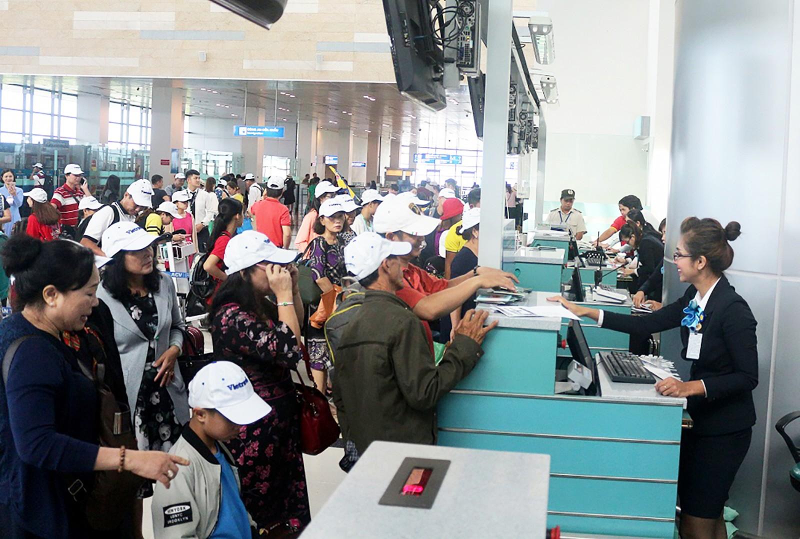Khách làm thủ tục check-in ở Cảng hàng không Quốc tế Cần Thơ. Ảnh: ÁI LAM