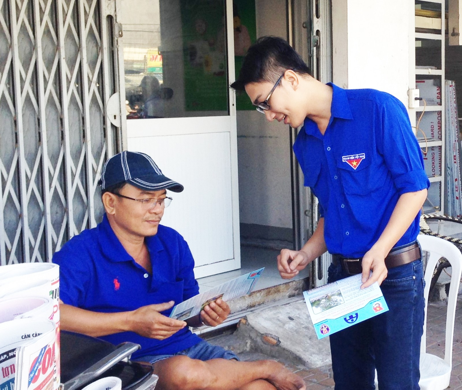 Đoàn viên quận Ninh Kiều tình nguyện phát tờ rơi tuyên truyền các quy định về ATGT cho người dân trên địa bàn. Ảnh: TÚ ANH