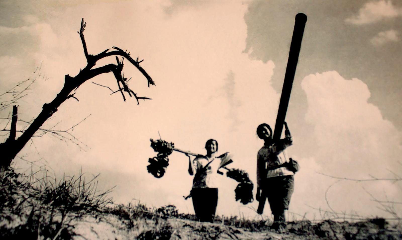 Nữ chiến sĩ tham gia xây dựng đường ống xăng dầu trên đường Trường Sơn. Ảnh: Ảnh chụp lại từ ảnh tư liệu.
