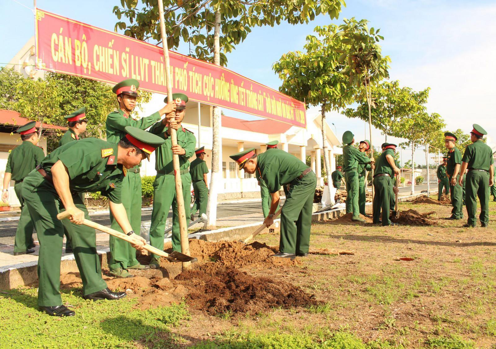 Cán bộ, chiến sĩ tham gia trồng cây tại Trung đoàn bộ binh 932. Ảnh: CHUNG CƯỜNG