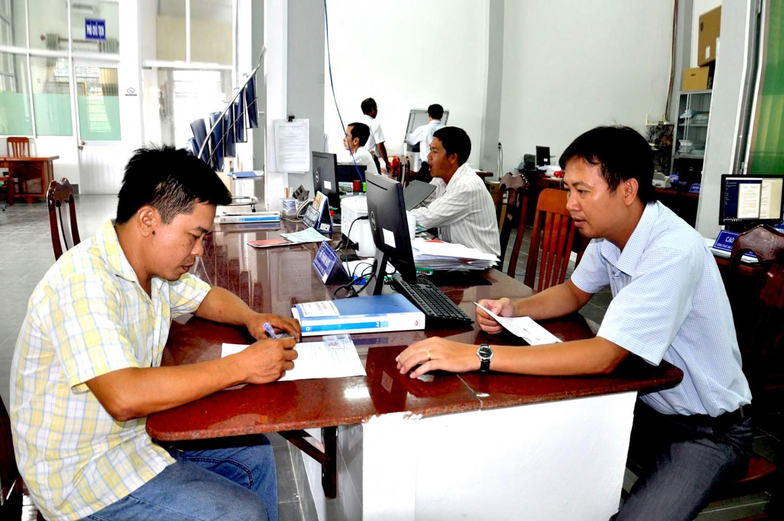 Cán bộ, công chức bộ phận một cửa phường Trường Lạc nâng cao ý thức phục vụ, tạo sự hài lòng cho người dân. Ảnh: ANH DŨNG