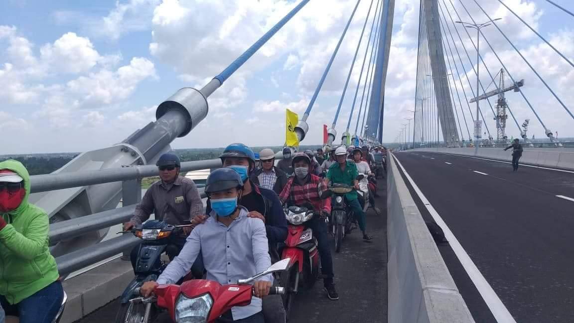 Xe máy qua cầu