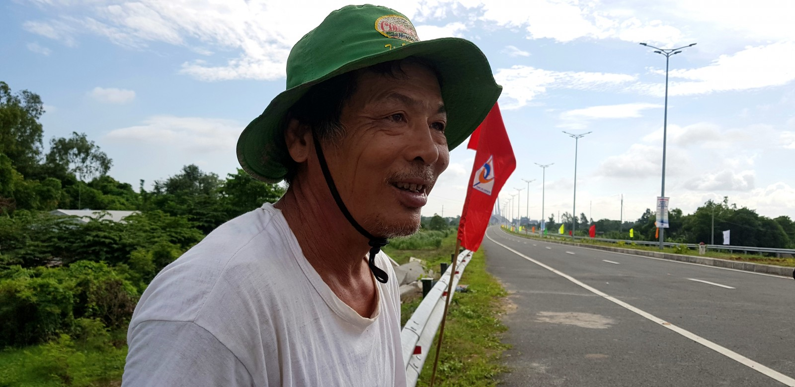 Chú Lê Thành Thái, 55 tuổi nhà ở gần cầu Vàm Cống cho biết: tui ra đây từ sáng sớm, chờ người ta cắt băng khánh thành để được đi lên cầu. mừng lắm khi có cầu bắc qua sông Hậu, dân đi lại dễ dàng hơn.