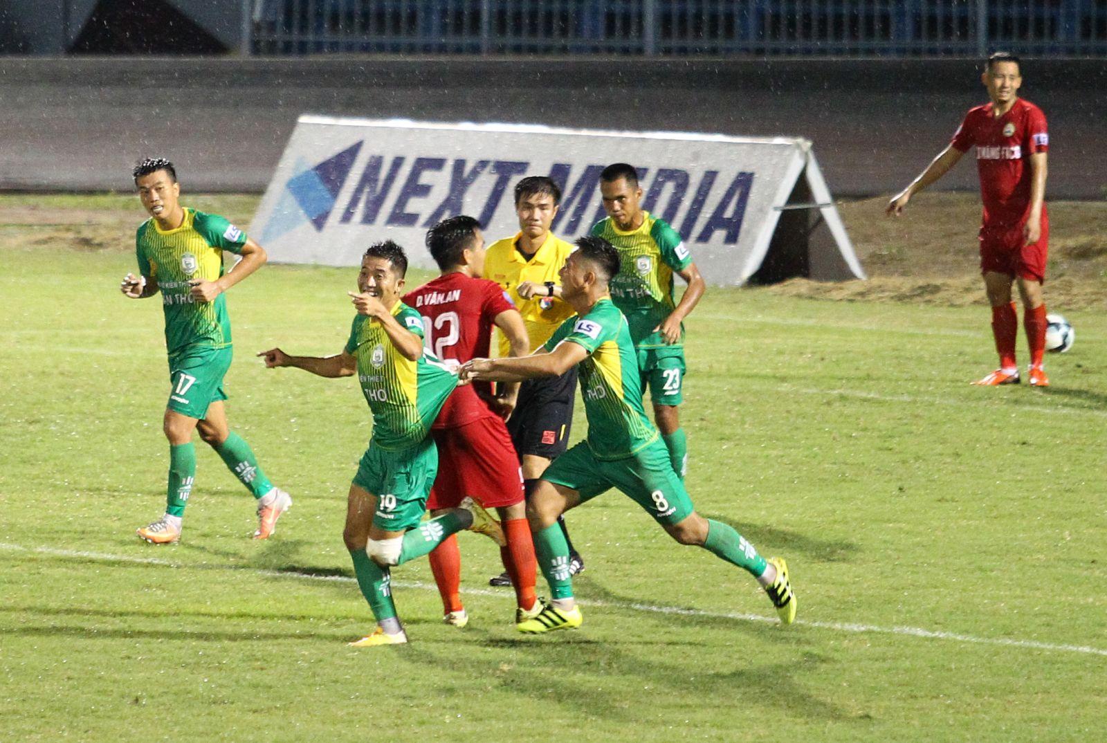 Các cầu thủ Cần Thơ (áo xanh) mừng bàn thắng nâng tỷ số lên 2-1 của Hải Đăng. Ảnh: NGUYỄN MINH