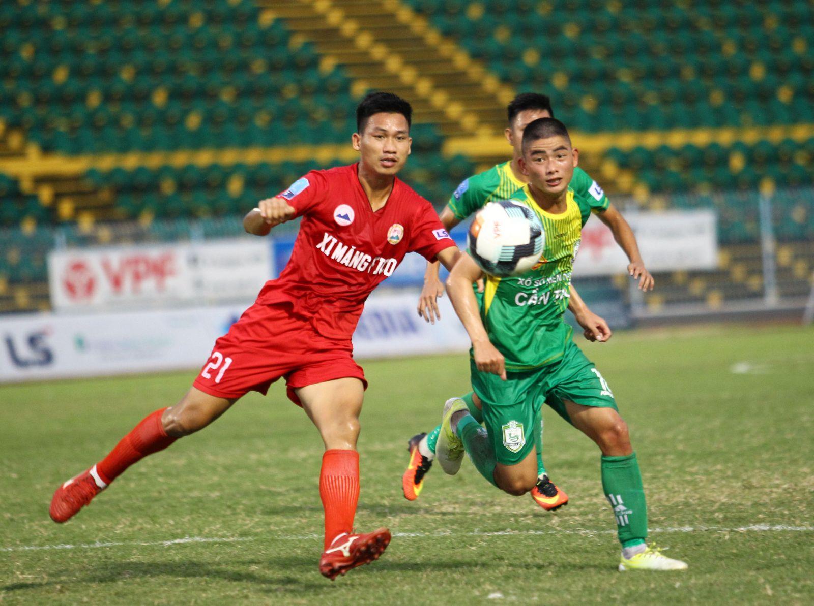 Cầu thủ Minh Ngọc của Cần Thơ (phải) nỗ lực tranh bóng với cầu thủ Tây Ninh. NGUYỄN MINH