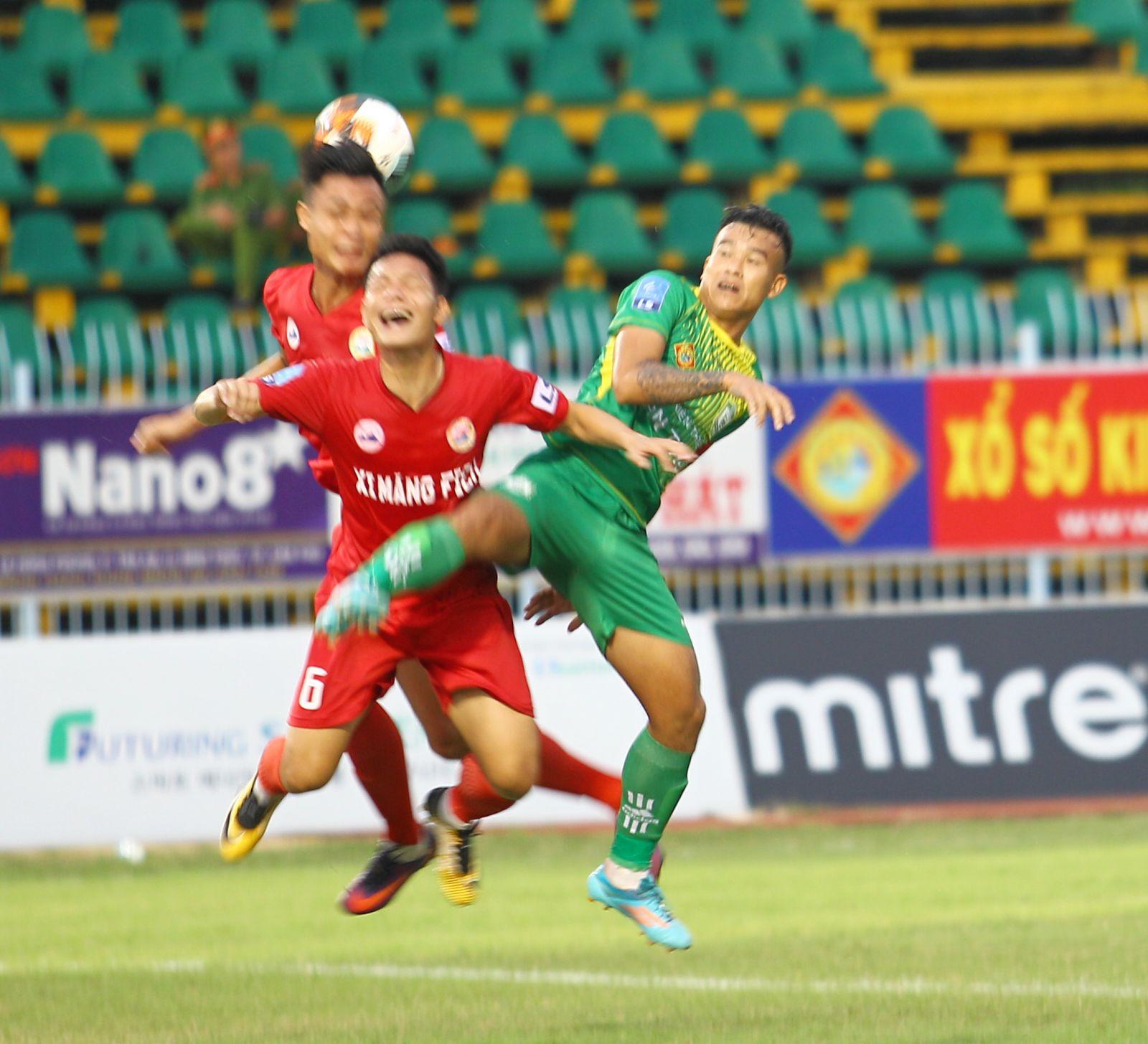 Thanh Hiền (áo xanh) bật cao đánh đầu trong sự ngăn cản của cầu thủ Tây Ninh. NGUYỄN MINH