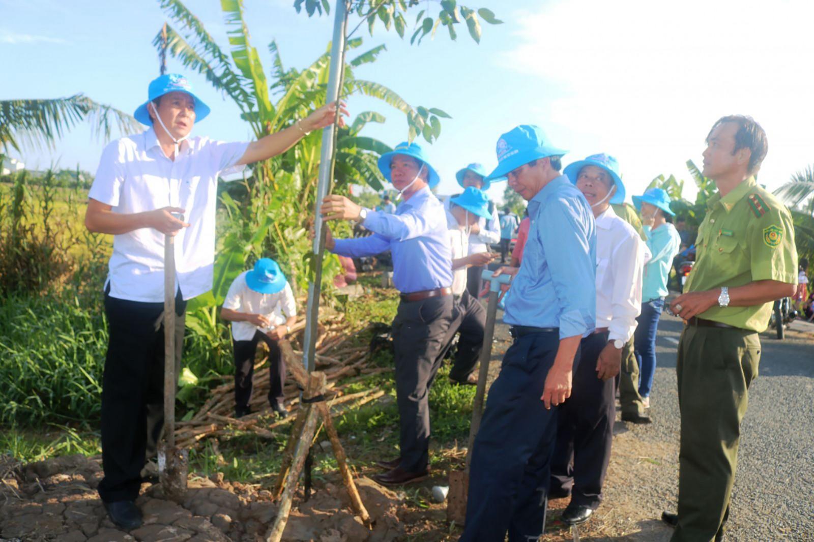 Phó Chủ tịch UBND TP Cần Thơ Nguyễn Thanh Dũng  tham gia trồng cây xanh tại huyện Thới Lai. Ảnh: KHÁNH TRUNG